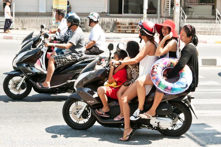 """Тайцы на мотобайке, статья """"Полиция Тайланда гоняется за туристами""""."""