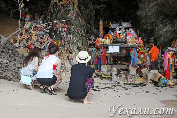 Пляж и пещера Пхра Нанг в Краби, Таиланд.