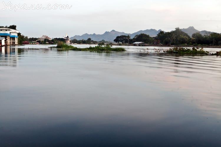 Не все отели Канчанабури могут, как наш, похвастать видом на горы, речку и майну (особенно с семи до восьми утра)! Кстати, горная гряда на дальнем плане выполняет очень важную эстетическую функцию: прячет от нас Бирму.