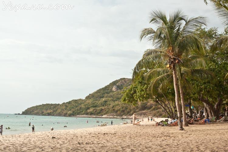 Погода в Паттайе в марте очень комфортна для купания. На фото: Военный пляж.
