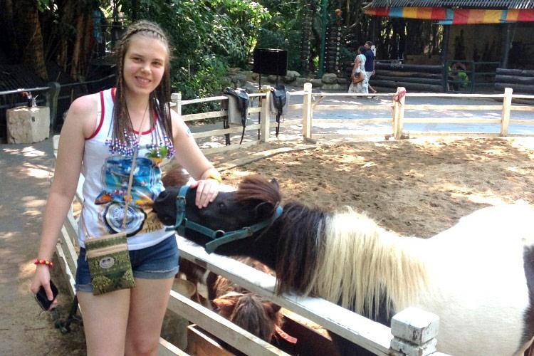Сафари парк в Бангкоке: животных можно погладить и покормить.