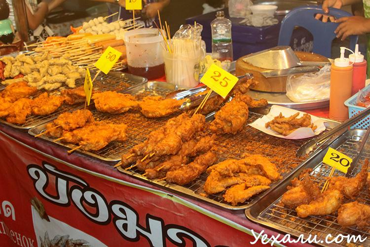 Ночной рынок на Джомтьене в Паттайе.