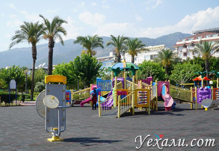Детская площадка возле пляжа Клеопатры (Турция, Аланья).