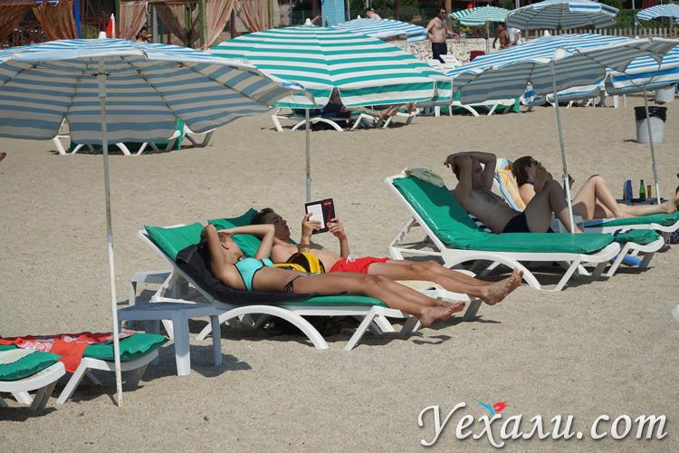 Туристы на пляже Клеопатры в турецкой Аланье.
