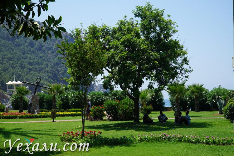 Парк около пляжа Клеопатры.