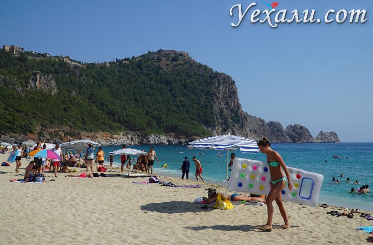 Девушки на пляже Клеопатры, Алания, Турция.
