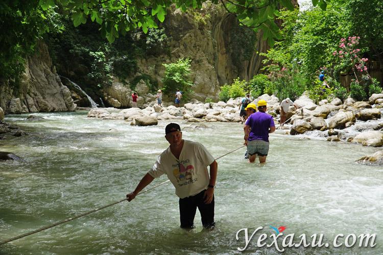 Переходим вброд реку в ущелье Саклыкент