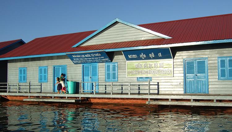 Озеро Тонлесап в Камбодже, фото школы в плавучей деревне.