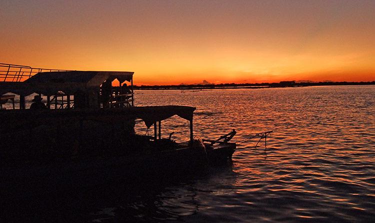 Озеро Тонлесап в Камбодже, фото заката.