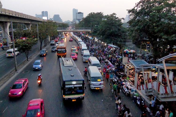 Рынок Чатучак в Бангкоке: выход из метро Mo Chit.