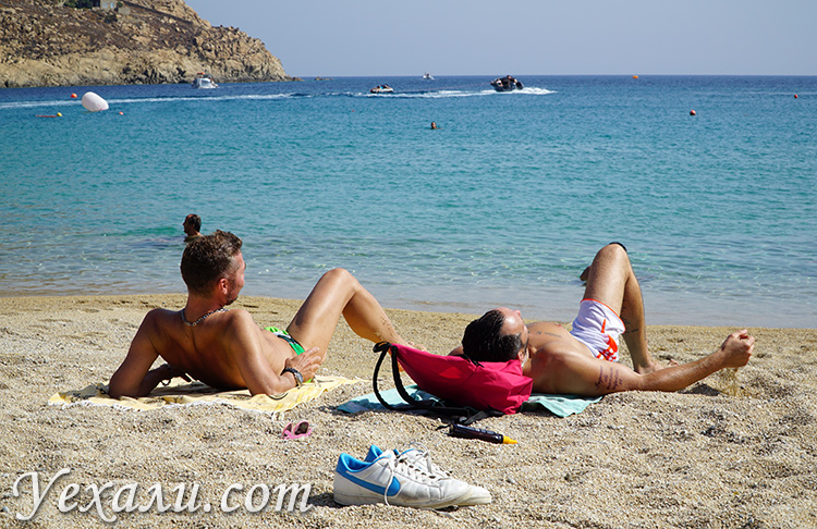 Геи на пляже Супер Парадайз на Миконосе