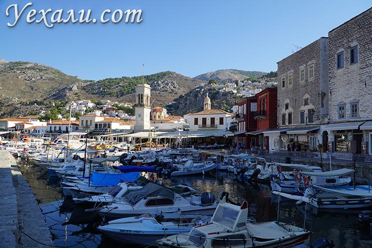 Набережная на острове Идра в Греции