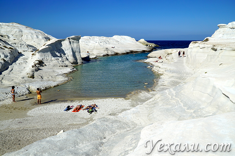Путеводитель по Милосу (Греция): пляж Саракинико.