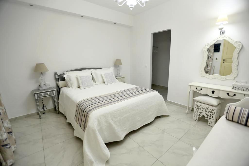 Лучшие отели острова Милос, Греция: The White Suites