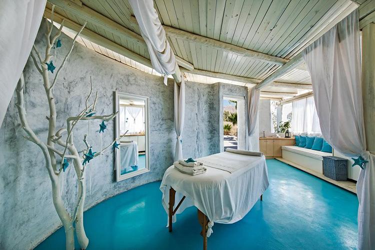 Лучшие отели Санторини с собственным пляжем: Aqua Blue Hotel.