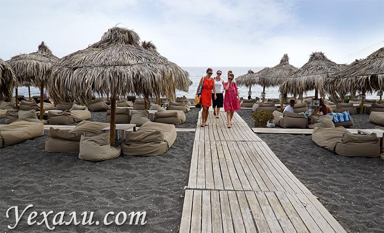 Где остановиться на Санторини для отдыха с детьми: пляж Камари.
