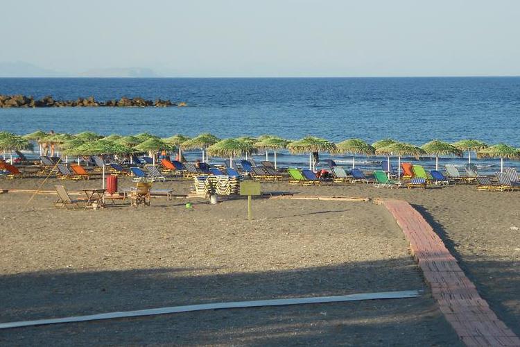 Лучшие пляжи Санторини: Монолитос.