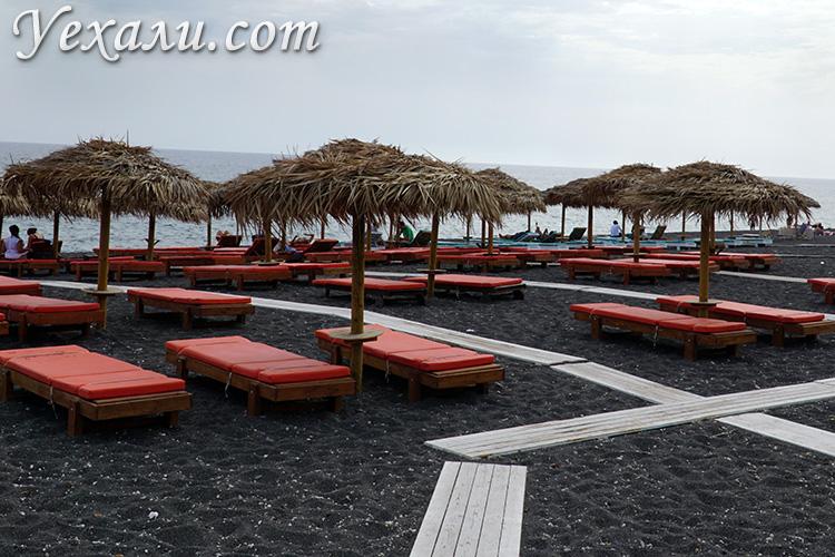 Чем заняться на Санторини: пляж с черным песком.