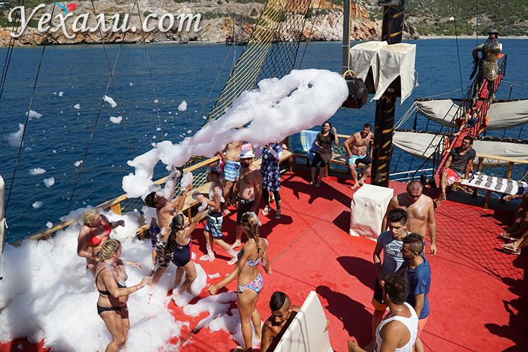 Танцы в пене на корабле
