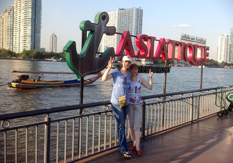 Причал на реке Чао Прайя около колеса обозрения в Бангкоке.