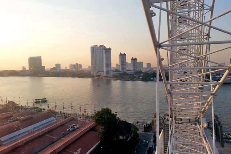 Колесо обозрения в Бангкоке, Тайланд, фото с высоты птичьего полета.