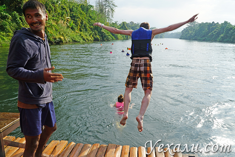 Сплав в жилетах по реке Квай на экскурсии