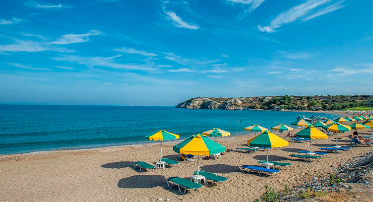 Лучшие пляжи острова Родос, Греция. На фото: пляж Колимбия.