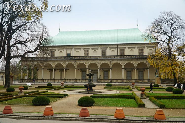 Главные достопримечательности Праги, Чехия. На фото: Летний дворец королевы Анны.