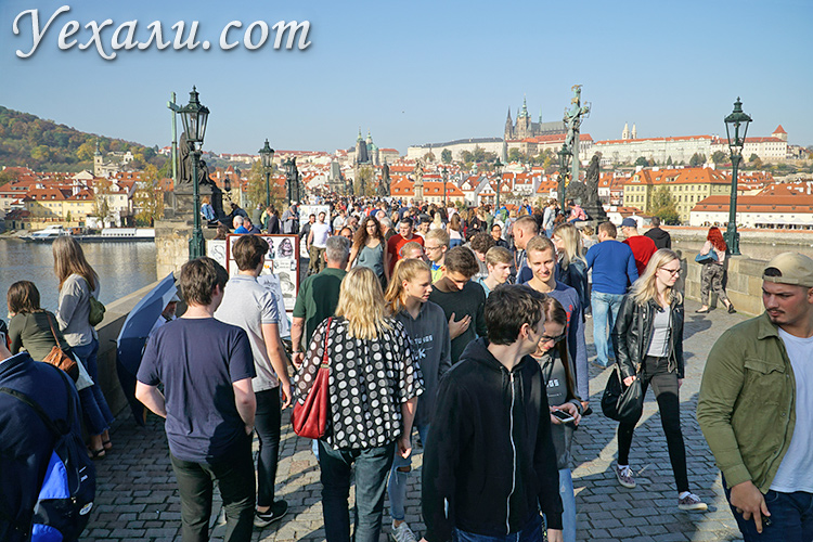 На фото: Карлов мост в Праге, Чехия.