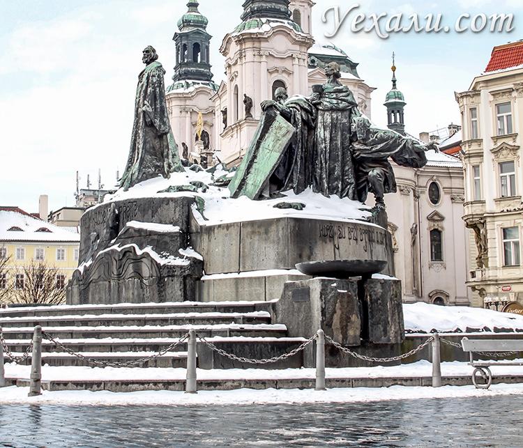 Достопримечательности Праги. На фото: памятник Яну Гусу на Староместской площади.
