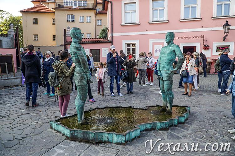 """Главные достопримечательности Праги, фото и описание. На снимке: фонтан """"Писающие мужчины""""."""