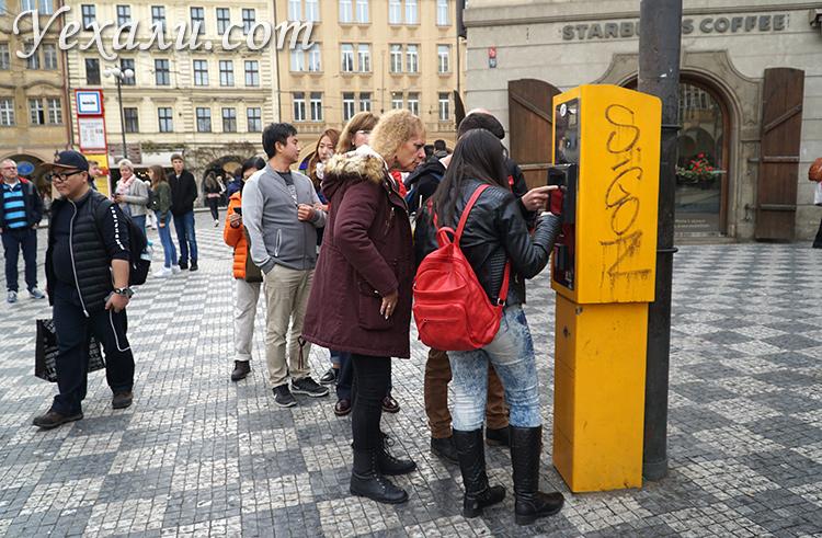 Покупка билета на общественный транспорт в Праге.