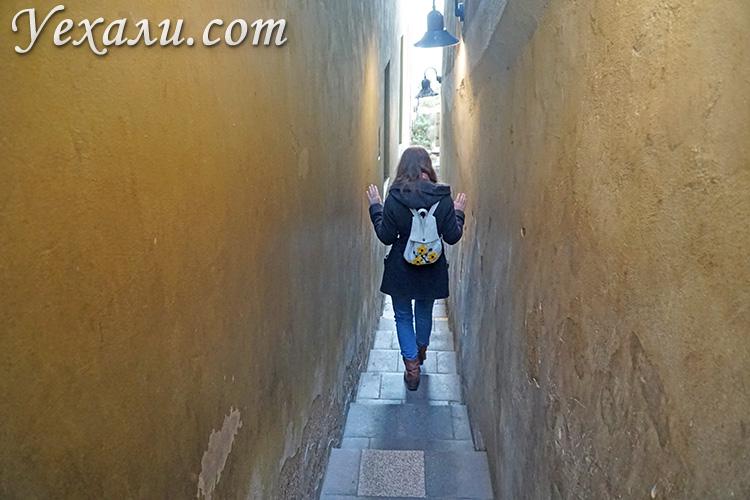 Главные достопримечательности Праги (Чехия). На фото:самая узкая улица города Винарна Чертовка.