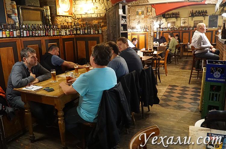 """На фото: пивная и ресторан """"Тяжелые времена"""" (Zlý Časy), Прага, Чехия."""