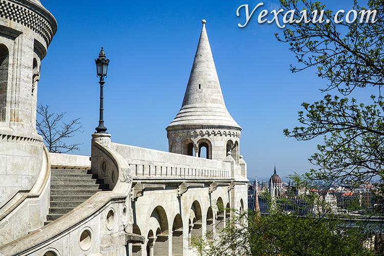 Фото достопримечательностей Будапешта: Рыбацкий Бастион и здание венгерского парламента.
