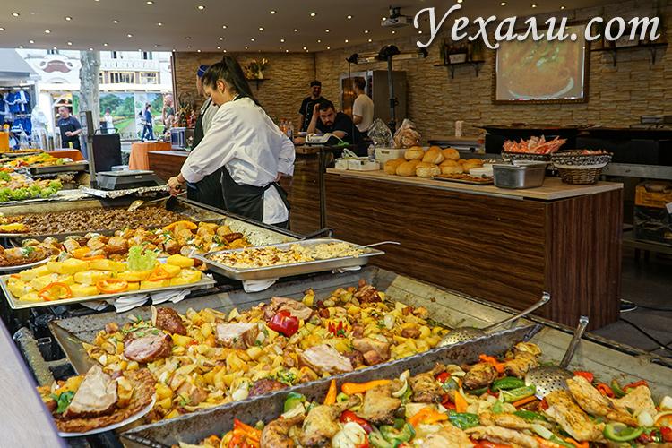 Наши отзывы про Будапешт (Венгрия). На фото: уличная еда на улице Ваци.