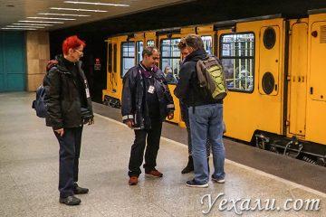 Общественный транспорт Будапешта (Венгрия). На фото: контролеры в метро.