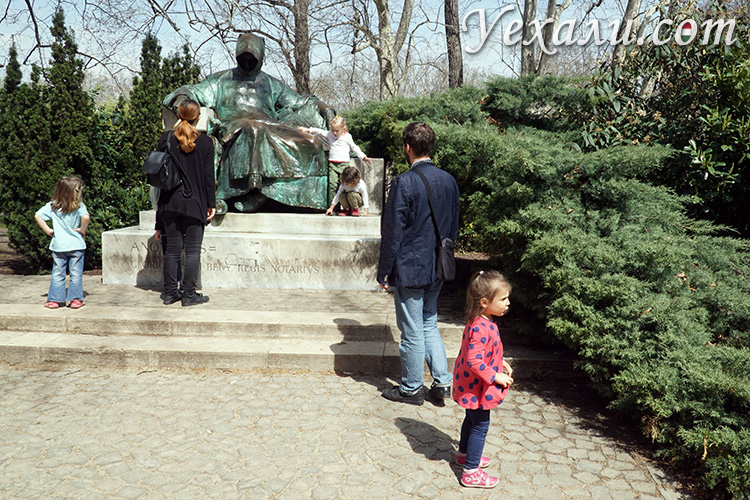 Парк Варошлигет в Будапеште и его достопримечательности: памятник Анонимусу.