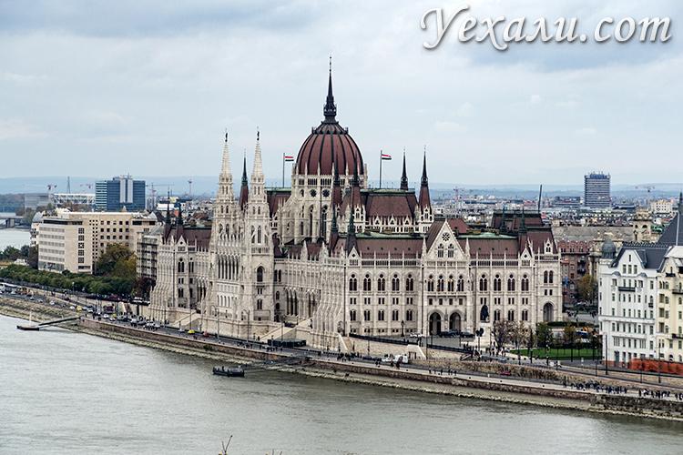 Смотровые площадки Будапешта, Венгрия. Фото здания венгерского парламента от стен Королевского дворца.