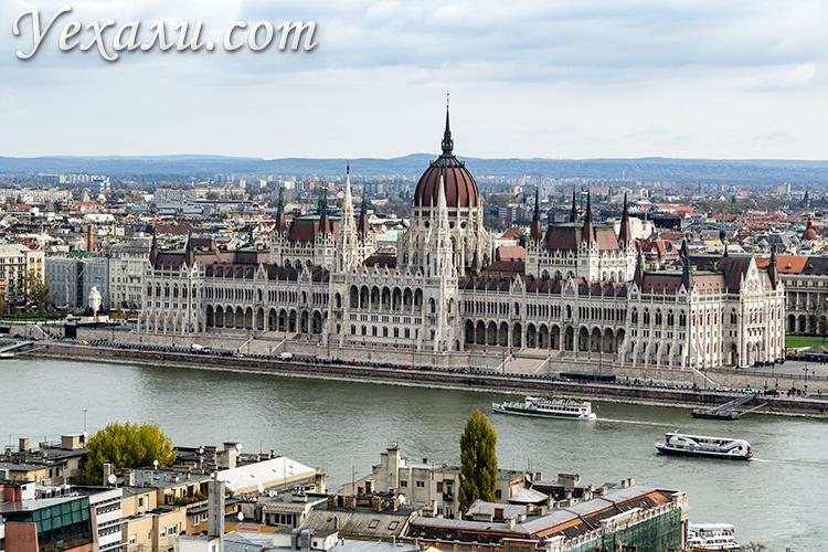 Лучшие обзорные площадки Будапешта. Фото здания венгерского парламента с Рыбацкого бастиона.