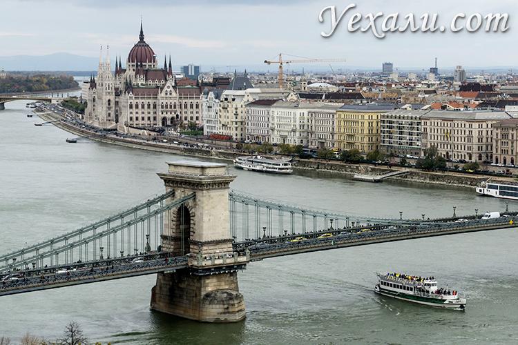 Лучшие смотровые площадки Будапешта. Фото здания венгерского парламента и цепного моста Сечени из Будайской крепости.