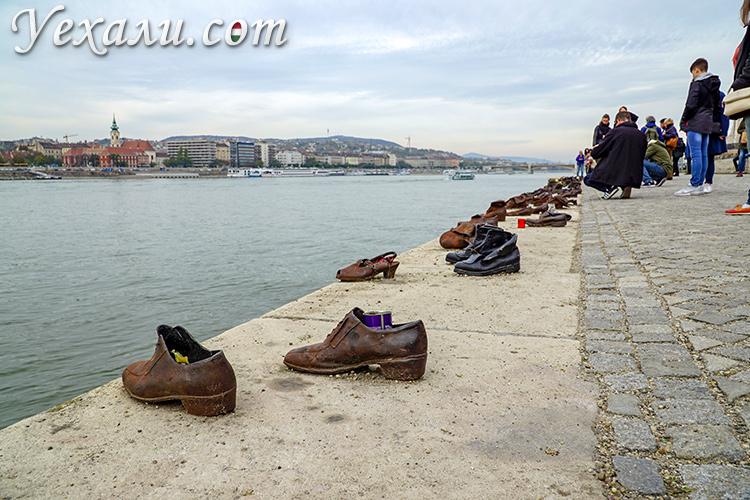 Главные достопримечательности Будапешта. Фото памятника Туфли на набережной Дуная.
