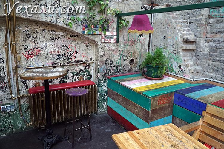 Руинный бар в Будапеште Симпла Керт