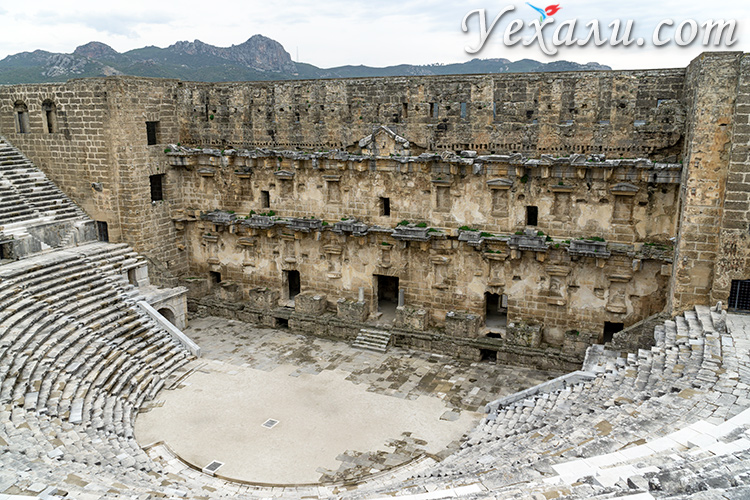 На фото: амфитеатр Аспендоса, Турция.