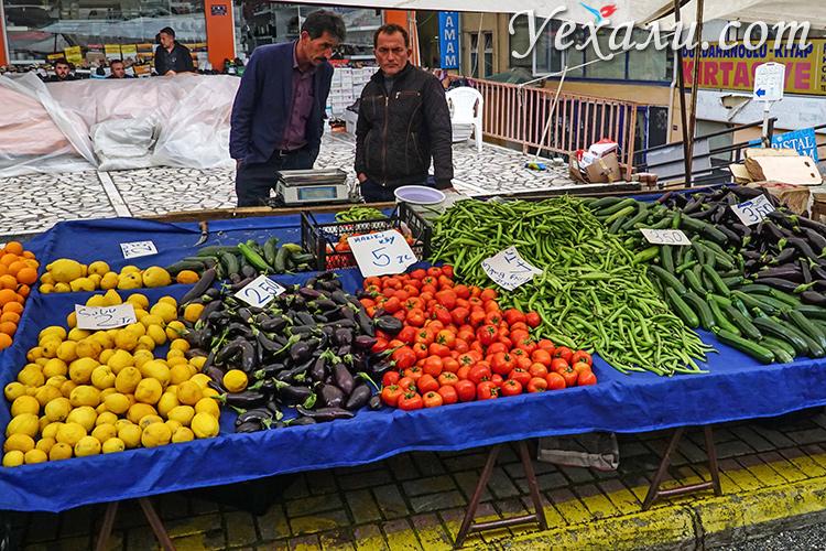 На фото: пятничный рынок в Алании, Турция.