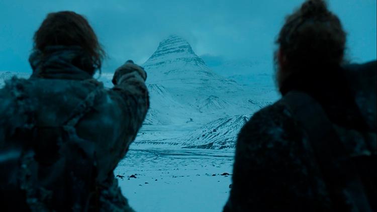 Где снимали Игру престолов в Исландии: Пес указывает на таинственную гору.