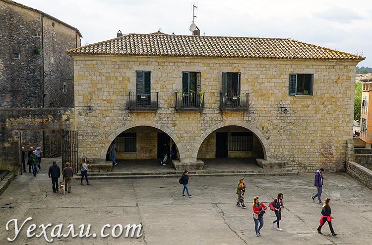 Где снимали Игру престолов в Испании: Жирона, Placa dels Jurats.