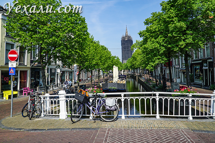 Город Делфт, Голландия. на фото: канал и Ауде Кирк (Старая церковь).