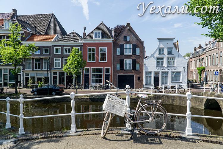 На фото: город Делфт, Голландия. Каналы и велосипеды.