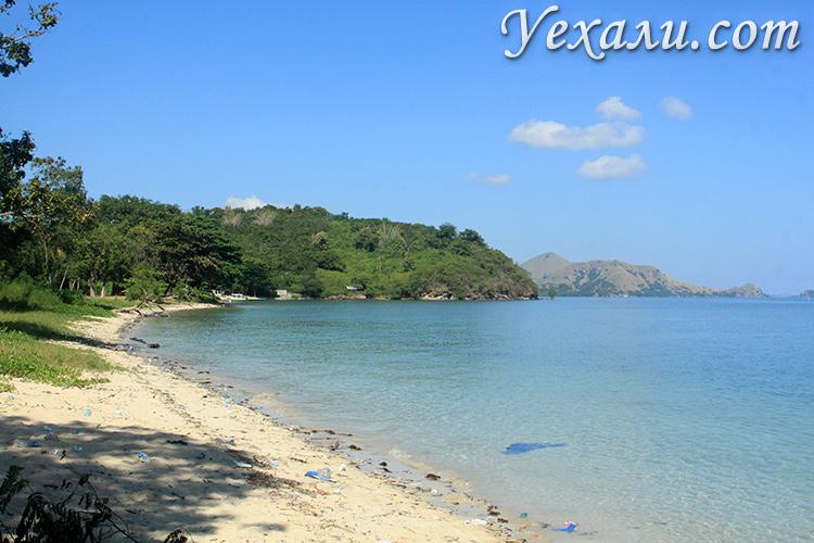 Пляж рядом с Лабуан Баджо